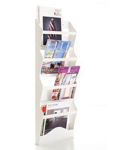 Schöner Zeitschriftenhalter aus Erlenholz für die Wand. Wir bieten den Halter fertig montiert in weiß lackiert an.  Katalogseite dieses Artikels als PDF ansehen  Maße ca. (HxTxB): 95 x 10 x 34 cm;    Material: lackiertes Erlenholz;  Modell: HOASWZH  Preis: 59,00EUR