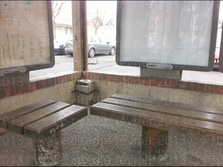 Bernay, une ville ma ville 2: L'arrêt du bus de ville place de la poste est un hôtel des courants d'airs... (1er partie).