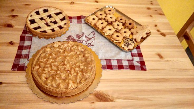 Crostata di mandorle e mascarpone e crostatine alla marmellata.