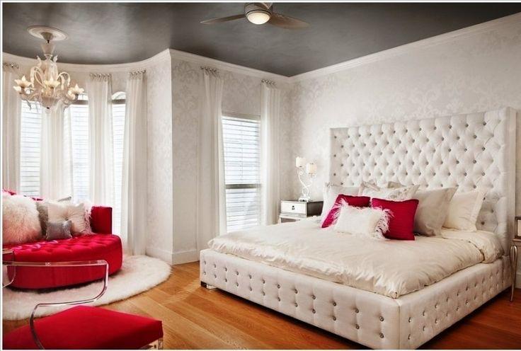 beyaz kapitone başlıklı pembe yuvarlak koltuklu yatak odası