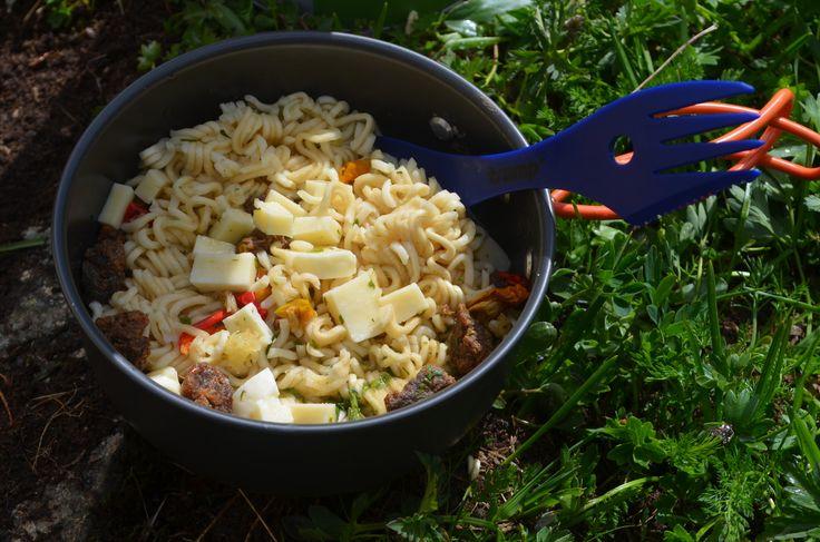 О наболевшем - еде в альпинизме. Самым оптимальным по весу и калорийности оказалось брать быстрозаварную лапшу. В зависимости от страны это будет мивина, ролтон, доширак или любое другое название, главное - вес и простота в приготовлении. Да, звучит не радостно, но нести на гору картошку или гречку ещё более не радостно. Можно покупать сублимированную еду, тоже супер вариант, но чуть более затратный по бюджету и времени, если вы живёте далеко от крупного города или решились на восхождение…