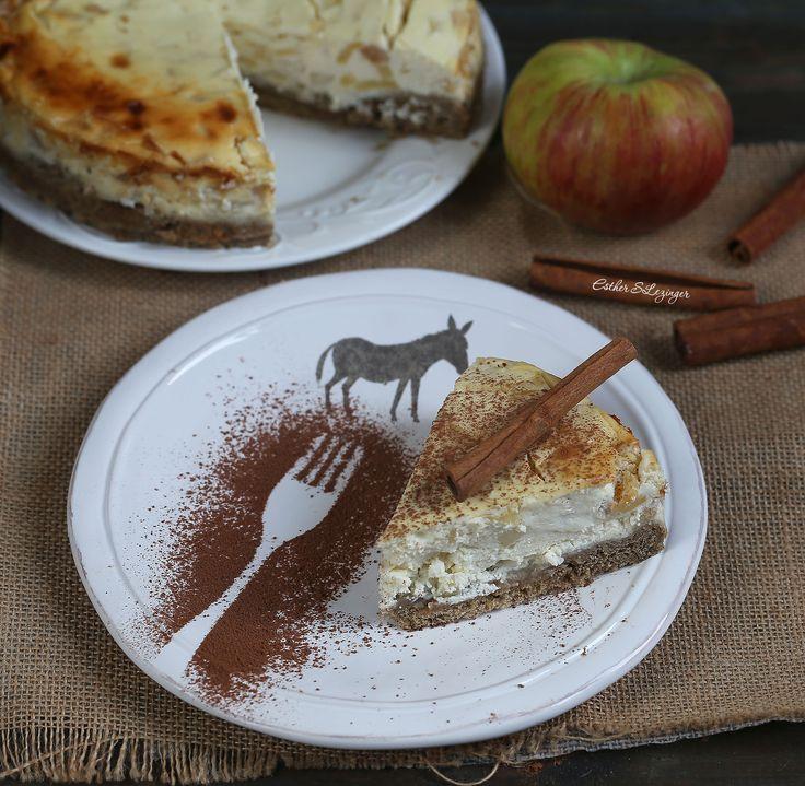 Очередной очень вкусный диетический десерт - яблочный чизкейк. Благодаря яблокам, он получается сочный, кисло-сладкий и оригинальный. Чизкейк можно есть в качестве завтрака, перекуса и даже ужина.&nbs