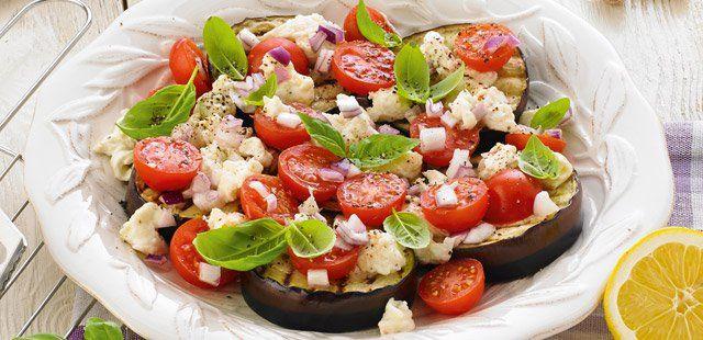 Grillowany bakłażan z sałatką z pomidorów, mozzarelli i bazylii