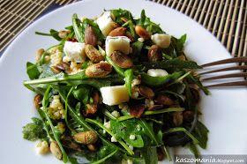 Jaglana sałatka z rukolą, serem gorgonzola, suszonymi pomidorami i prażonymi pestkami dyni