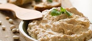 Hummus is lekker, gezond en veelzijdig. Lees in dit artikel alles over deze kikkererwtenpuree, bekijk de 3 gratis hummus recepten en ga meteen aan de slag.