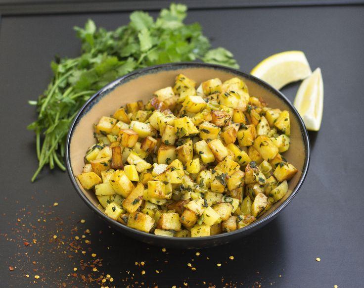 """""""Batata harra"""" betyder """"het potatis"""", en favorit från Libanon. Kryddig, syrlig och delikat potatis som förhöjer smaken på den enklaste rätten. Batata harra serveras gärna som en sidorätt vid grillat, passar bra vid fisk eller kyckling. Även ett gott vegetariskt alternativ meden god röra och sallad, som baba ganoush och fatoush. 4-6 portioner batata harra 8 st potatisar 3 st vitlöksklyftor 1-2 st färsk chili 1 bunte färsk koriander Saften från ca 1 citron (justera syra efter smak) Salt &..."""