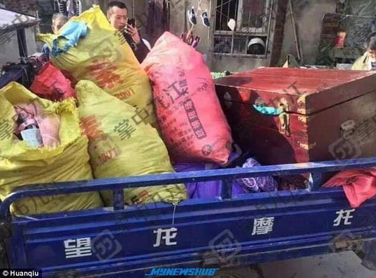 Berpuluh-puluh ribu bra dan seluar dalam wanita dalam rumah pencuri   POLIS terpaksa menggunakan trak untuk memindahkan berpuluh-puluh ribu bra dan seluar dalam wanita dari rumah seorang pencuri di China.  Berpuluh-puluh ribu bra dan seluar dalam wanita dalam rumah pencuri  Lelaki berkenaan telah mencuri pakaian dalam berkenaan selama 10 tahun dan dia telah ditangkap semalam.  Perbuatannya terbongkar apabila penduduk tempatan mengadu kepada Timbalan Pengarah Biro Keselamatan Awam. Liu…