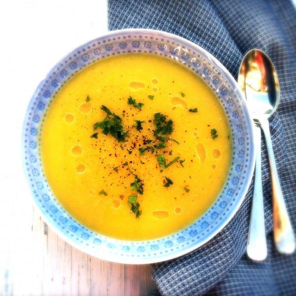 Het is herfst en dus tijd voor soep. Graag maak ik soep die in een handomdraai klaar is. Het maken van deze pastinaaksoep is dan ook een fluitje van een cent.