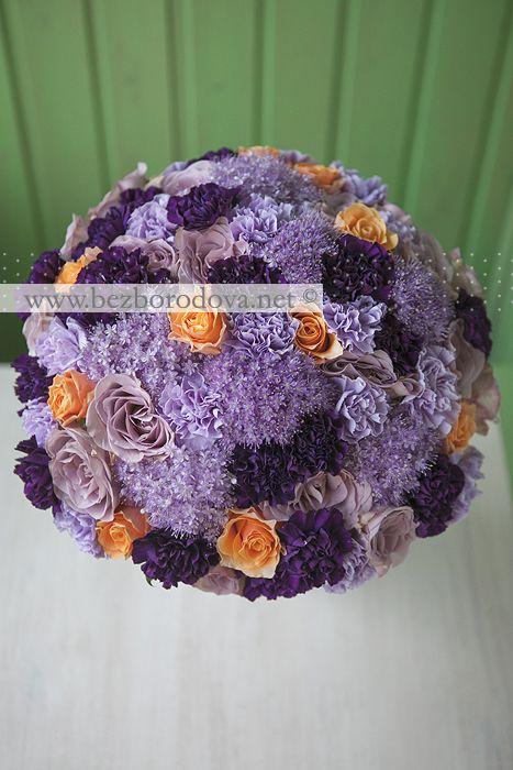 Сиреневый подарочный букет с фиолетовой гвоздикой и оранжевыми розами.