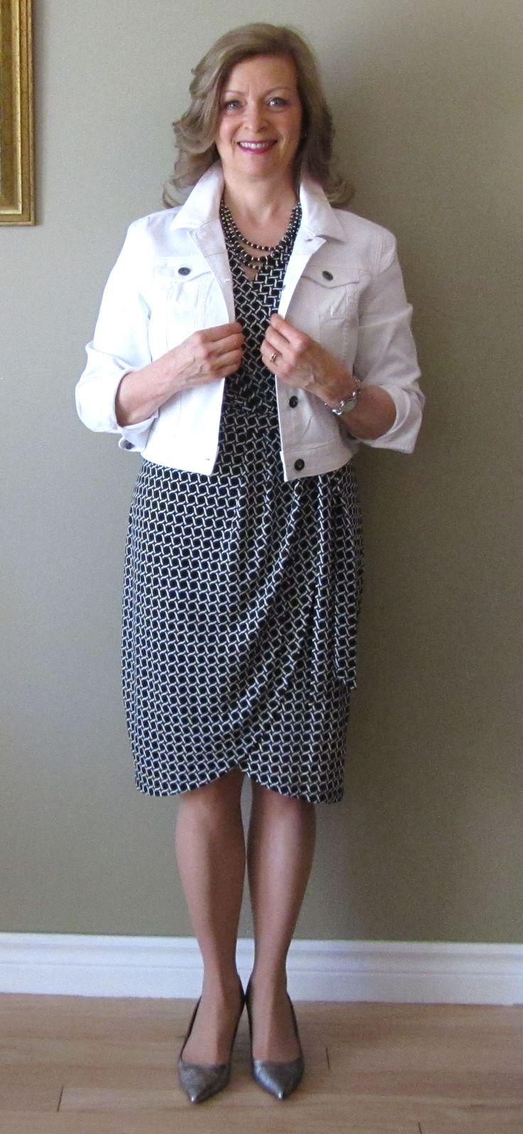 Défi Walmart 1 item 3 looks. Look sport veste de jeans blanche et escarpins gris argentés.