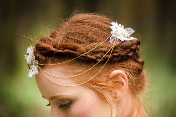 Foto: Tausendschön Photographie  Bohemian Headpiece  Haarketten treffen auf zarte Spitzenkleider und Waldromantik | Friedatheres.com