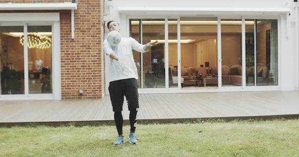 Arsenal – Bienvenue dans la maison de Mesut Özil à Londres  ||  Posté le 26 septembre 2017 par Thomas x0 Mesut Özil a ouvert les portes de sa maison aux caméras. – @Youtube/HypeBeast  Mesut Özil a récemment ouvert les portes de sa maison londonienne aux journalistes de HypeBeast et c'est plutôt malin de la part du milieu de terrain d'Arsenal , car ça lui a permis, en une courte séquence, de…