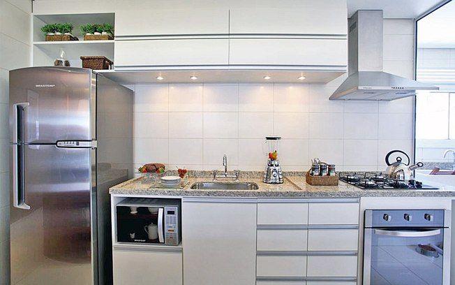 Também com ideia de facilitar o manuseio dos alimentos, a arquiteta Camila Klein posicionou o micro-ondas na própria bancada da pia. Foto: Divulgação
