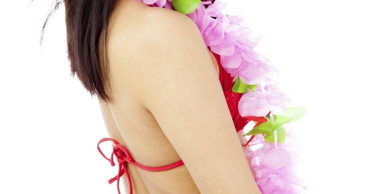 Cómo hacer un auténtico vestuario de hula hawaiano. La falda Hawaiana de hula, o falda Pa'u como es conocida en Hawái, es la parte principal de un vestuario hawaiano. La falda está diseñada para moverse a la par de los elegantes movimientos que realizan las bailarinas de hula. La falda junto con el collar de flores, el adorno para la cabeza y las pulseras para mano y tobillo, constituyen uno de los ...
