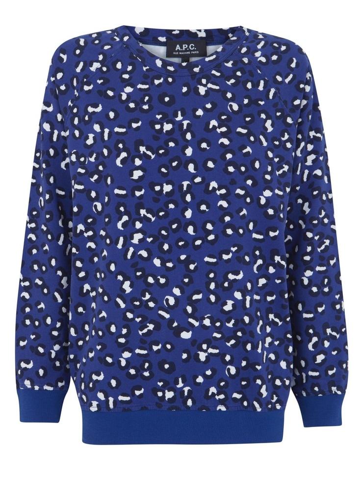 Sudadera con estampado de leopardo con fondo azul alilado. Las mangas son raglan con lo que los hombros quedan superbien.  Una pieza emblematica de APC