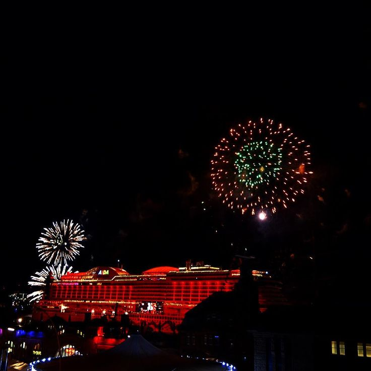 #hamburg #aidaprima #aida #prima #taufe #christening #landungsbrücken #throwbackthursday #throwback #tbt #loveit #lights #night