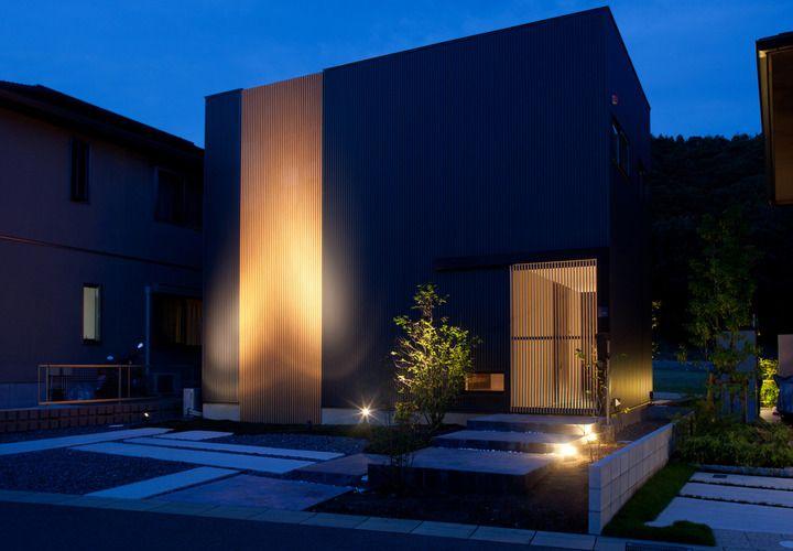 この家一番の見せ場となる バルコニーまでつながる板張りの勾配天井 Fevecasa フェブカーサ 住宅 外観 ファサード