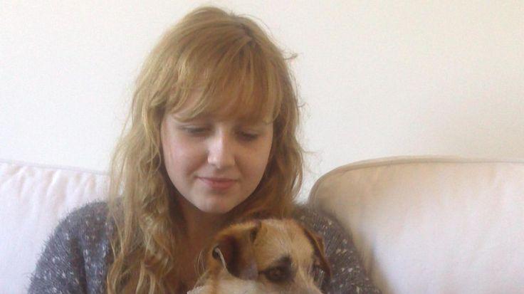 Émilie, ici avec son chien, aimait la lecture et les animaux. Elle voulait devenir vétérinaire. Avec l'accord de ses parents, qui veulent sensibiliser au harcèlement scolaire, nous diffusons son journal intime en quasi-intégralité.