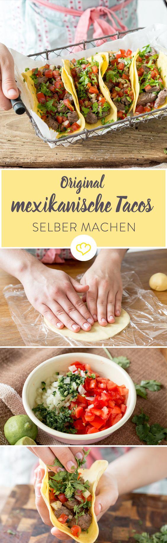 Original mexikanische Tacos - Mit nur wenigen Zutaten sind die gefalteten Tortillas auch für mehrere Personen schnell gemacht und serviert. Da sie mit den Fingern gegessen werden, müssen deine Gäste nicht mit Besteck hantieren. Deshalb sind sie nebenbei auch ideal für Stehpartys. Aber wie war das jetzt noch gleich mit den Tacos? Waren die jetzt außen hart oder weich, und was kam da nochmal alles rein?