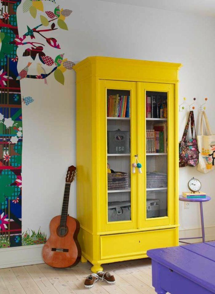 armoire enfant ikea de couleur jaune dans la chambre d'enfant