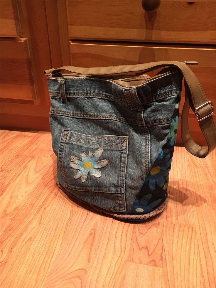 Un sac customisé avec un vieux jeans.