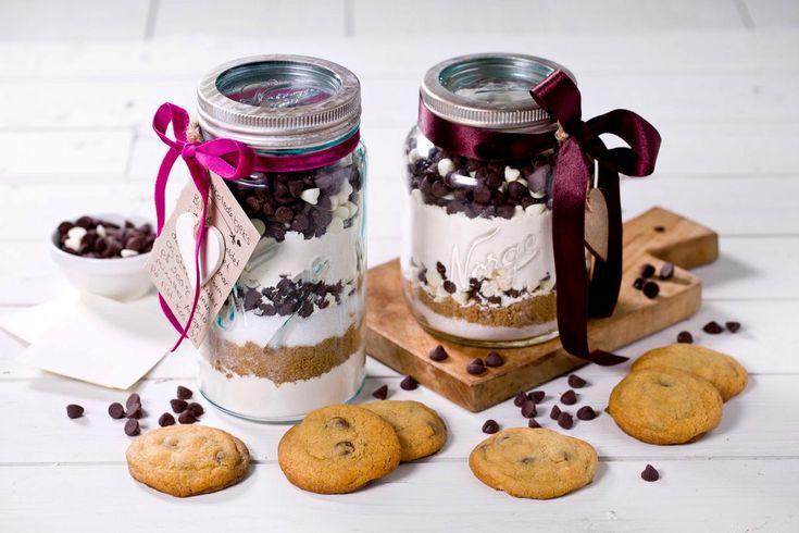 Dette er en morsom gave som inspirerer til baking, samtidig som resultatet er perfekte kjeks med sjokoladebiter. Denne oppskriften gir ca. 20 kjeks.