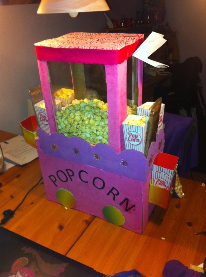 Mijn (Diana Janbroers) eigen surprise : twee dozen op elkaar, even verven, bakjes , knippen en vouwen , alles vastplakken , raampjes maken cadeautje op de bodem, popcorn erover strooien klepje dicht en gedichtje erbij...klaar!