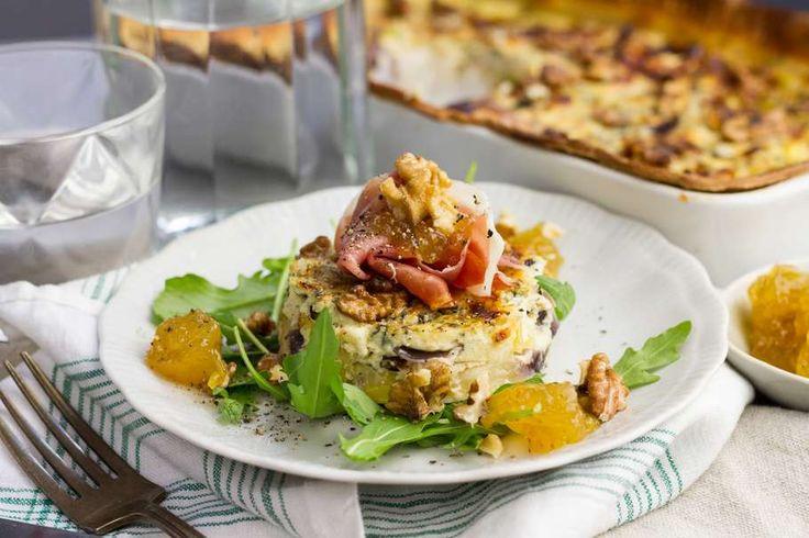 Recept voor roquefortquiche voor 4 personen. Met bladerdeegvel, coburgerham, Roquefort, Vijgenchutney, prei, ui, knoflook, ei, crème fraîche, honing en tijm