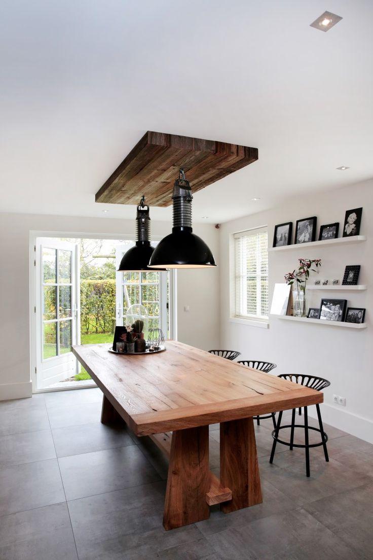 www.nice-id.nl, Oud eiken tafel met bovenconsole van zonverbrande grijze delen.