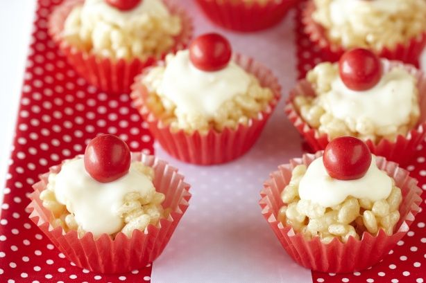 These cute crackles can be topped with ALLEN'S JAFFAS for Christmas! They're made from rice bubbles, white chocolate melts and puffy white marshmallows.