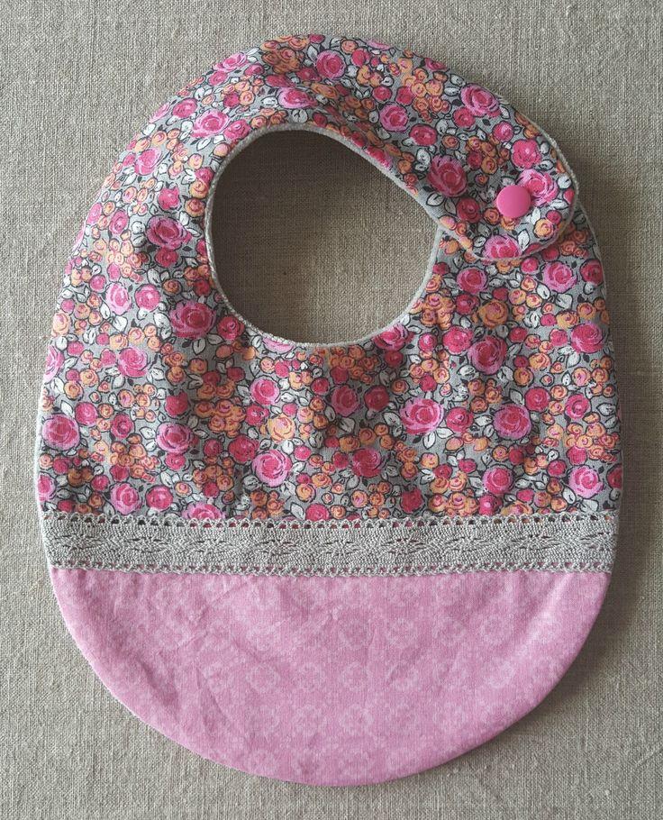 Bavoir shabby chic, rose et gris à fleurs en coton, velours éponge et dentelle : Mode Bébé par fils-et-compagnie