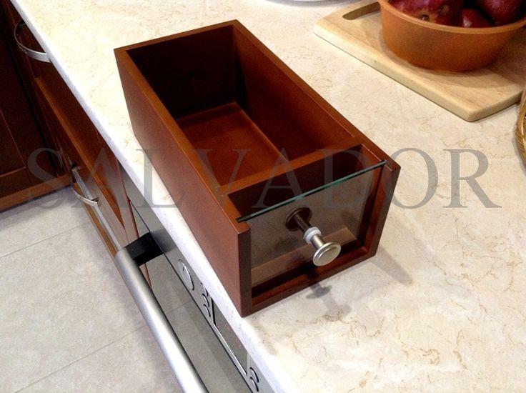 Деревянный ящик со стеклом для хранения мелочей на кухне: отлично подойдет для хранения специй, например.