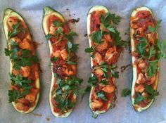Een paar weken geleden bladerde ik door het kookboek Powerfood van Rens Kroes, en mijn aandacht werd gelijk getrokken door het recept voor de courgettebootjes. Het zag er niet alleen fantastisch uit, maar het klonk ook...