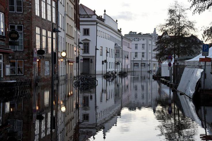 """Hochwasser in der Altstadt von Lübeck: Das Tief """"Axel"""" hat in Deutschland über..."""