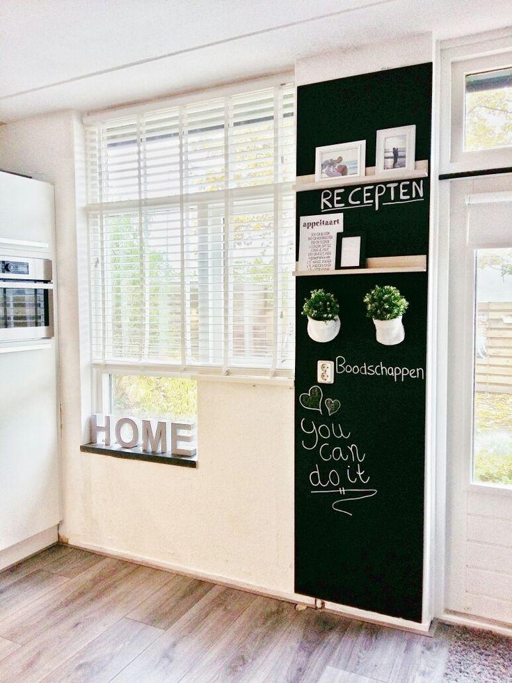 Leuk krijtbord in de keuken. Gemaakt van MDF en krijtverf. Leuke plankjes er aan en klaar.