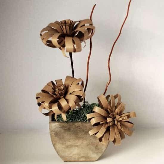 fiori fatti con rotoli di carta igienica