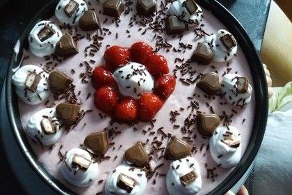 Erdbeer-Yogurette-Torte mit Nussboden 11