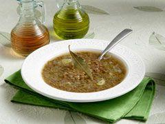 Πλένετε τις φακές και τις στραγγίζετε. Ρίχνετε σε μια κατσαρόλα 6 φλιτζάνια τσαγιού νερό, τις φακές, το ψιλοκομμένο κρεμμύδι, το σκόρδο και τα φύλλα δάφνης. Αφήνετε να σιγοβράσουν...