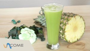 Frappè alla frutta per dimagrire velocemente (ananas, sedano, cetriolo)