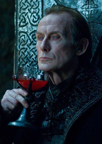 21 februari 2013: Fles. Foto:  Bill Nighy als vampier Viktor  heeft er in Underworld geen enkel probleem mee zijn geliefde drank op een andere manier te consumeren.