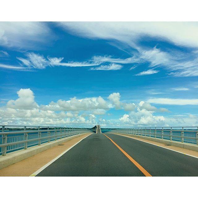 【yanchiki】さんのInstagramをピンしています。 《◟̽◞̽ ༘* 伊良部島側からの伊良部大橋💙 この日は雲がとても印象的な1日でした😊 ⋆ きのうお話ししましたが、今日はとても素敵な 結婚式に参列させていただきました❤️ この青い空のように爽やかなお二人です💑 挙式の時にウェディングドレス姿を見た瞬間号泣😭 もうキレイすぎて感動しすぎて嬉しすぎて✨ 泣きすぎてファインダーが覗けず モニターもまともに見えなくて😂 今日ひさびさに会えた子たちもいて みんな年下なのに、わたしのこといじるいじる😞 いじる側なはずなのにいつのまにいじられキャラに😅 でもすごい楽しかったし本当に素晴らしいお式でした❗️ そのお二人が今年の夏に宮古に初旅行いってて 披露宴の映像で伊良部大橋で撮った写真が 出てきたので、postしてみました❣ ⋆ そしてカメラ新しく買ってよかったです💕 たくさんキレイに写真に残すことができました👍 でもカーテンが開いたり閉まったり 照明もいろいろ変わるから、ちゃんと理解して その都度設定変えないとダメですね💦…