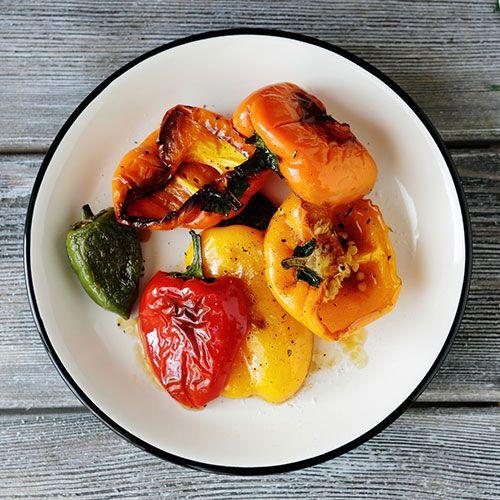 Enkelt recept på hur du grillar paprika. Resultatet blir en god paprika som passar finfint till grillat och i sallader.