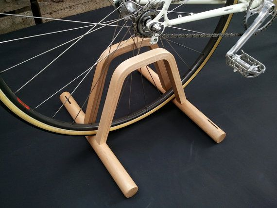 Pont This stand is made with beech wood, so it is solid and very light. It allows you to park your bicycle easily, quickly and elegantly. Bridge