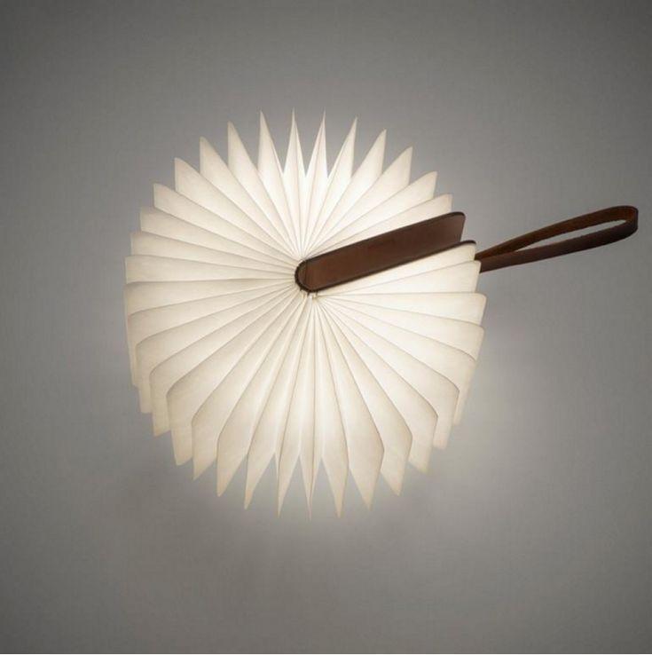 LAMPE NOMADE LUMIO Oeuvre du designer Max Gunawan, Lumio est une lampe portable composée d'une couverture en bois découpé au laser et d'un soufflet en Tyvek, matériau résistant à l'eau. La lampe Lumio peut être à la fois posée sur un meuble tel un livre ouvert ou suspendue