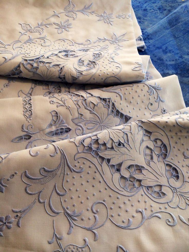 Toalha de bordado Madeira em linho bordado com linha antiga azulada