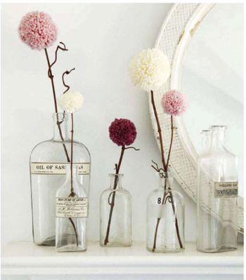 木の枝にポンポンをくっつけてお花のように。たんぽぽの綿毛のようでふんわりやわらかいインテリアです。ガラス瓶にもこだわって。