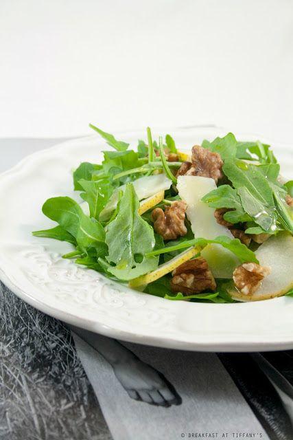 Breakfast at Tiffany's: Insalata di rucola, noci, pere e grana a scaglie /...