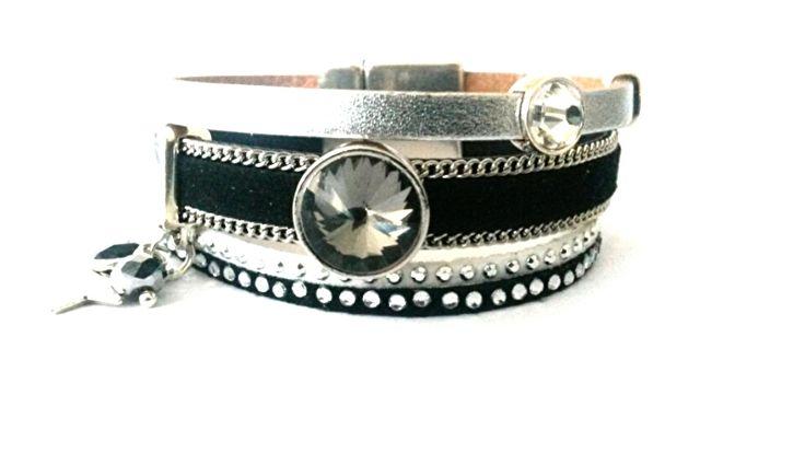 Uniek handgemaakte armband met mooie brede magneetsluiting in de kleurstelling zwart, wit en zilver. Zwart suede bandje met zilverkleurige schakelketting en wit en zwart strass suede bandjes. De armband is ruim 2 cm breed.