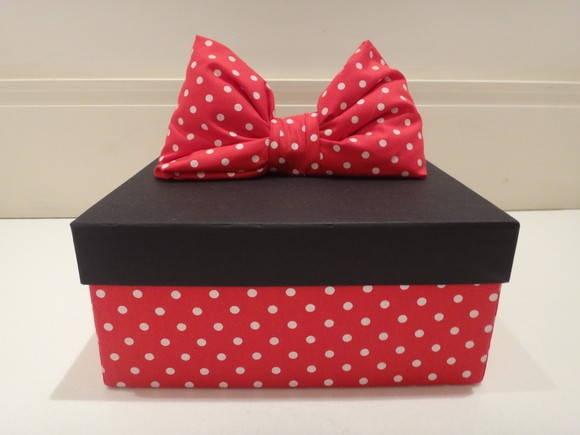 Lembrancinha para as mamães Minnie, composto por uma caixa forradaem tecido, um potinho de algodao, creme hidratante, lixa de unha, palito, pinça, alicate cuticula, esmalte, acetona e uma toalhinha personalizada