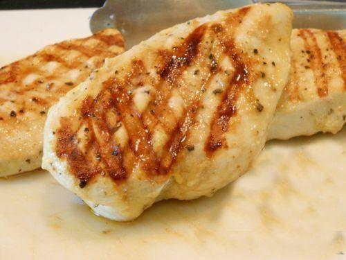 C mo cocinar pollo a la parrilla muy jugoso receta for Como cocinar filetes de pollo
